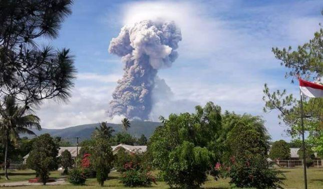 rceni - Volcán Soputan -en -Indonesia -entra -en -erupción -después -del -Tsunami-