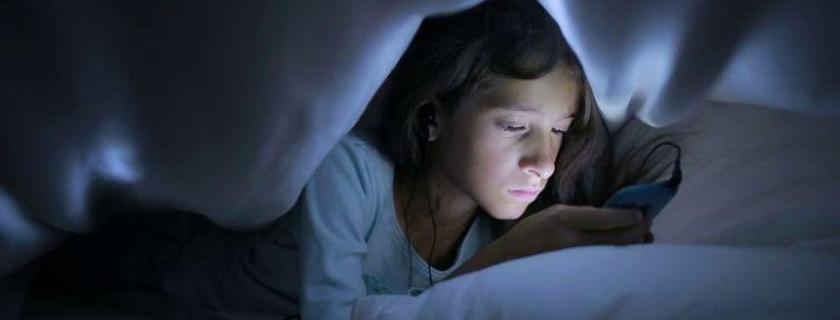 Cambios cerebrales que sufren los niños que se pasan pegados al móvil o a la tableta