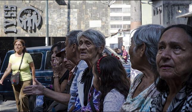 rceni - Adultos mayores - en -Venezuela- los -llevan -como -cristo -a- la- cruz -