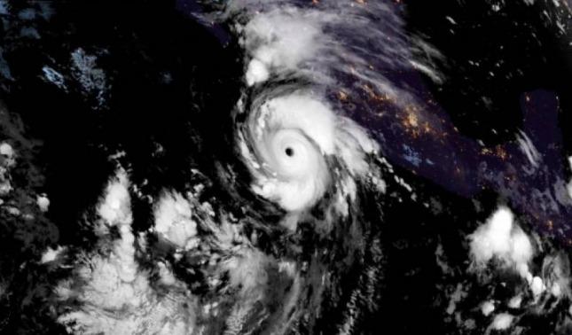 rceni - Huracán Genevieve- ya -es -de -categoría- 4- y -se -acerca- a -México- y- EE.UU-
