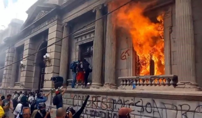 rceni - Protestas en Guatemala -cientos- de -manifestantes- incendian- el -congreso-